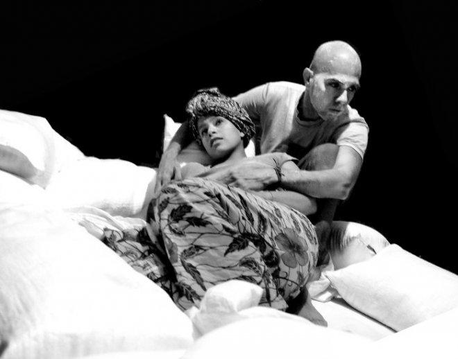 """Escena de obra corta """"El paso"""", pieza de """"historias detrás de la valla"""", protagonizada por Cruz Noguera y Sandra Tejero"""